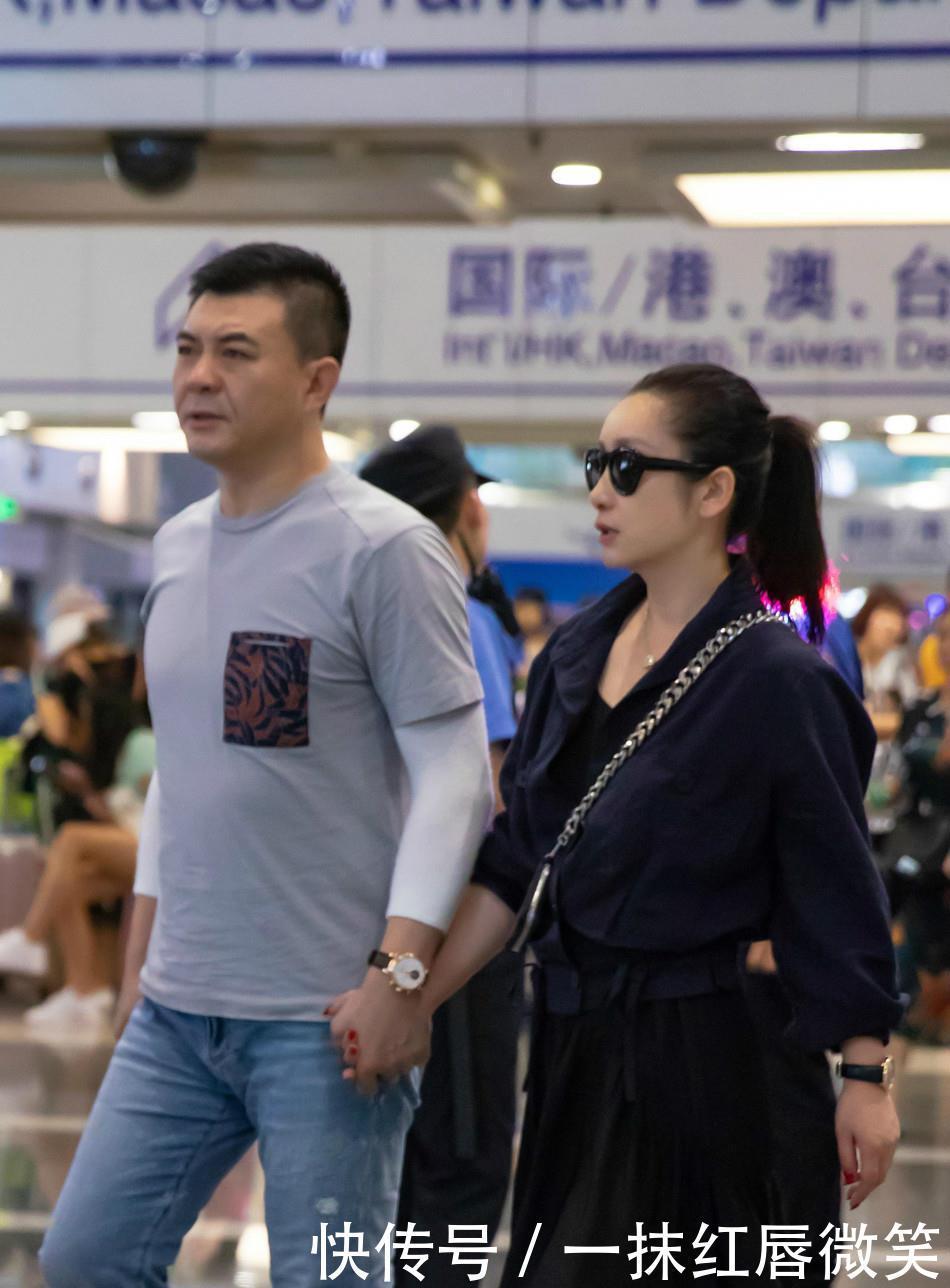 <b>秦海璐和老公合体现身机场,身穿连衣裙好少女,41岁比少女还年轻</b>