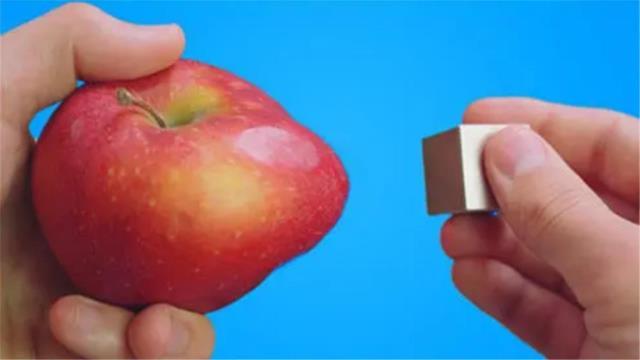 苹果含铁量有多高?老外用钕磁铁靠近苹果,出现了神奇的现象!