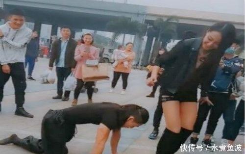 """男子""""双腿下跪""""让女友坐在他头上,随后发生的事让路人纷纷鼓掌!"""