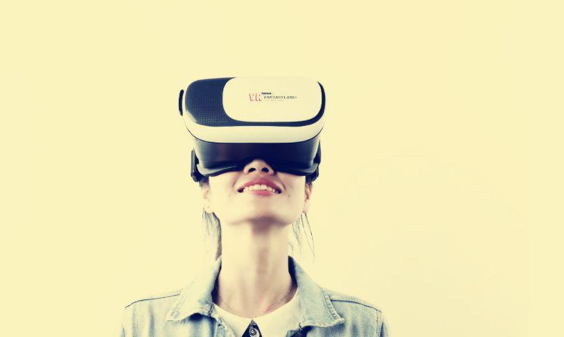 以前我们看的大多都是二维电影,只需要素眼就能看。后来出现了VR,佩戴VR眼镜会让人有一种身临其境的感觉,因为VR即是虚拟现实技术,让你觉得电影里的事物触手可及。这是一种别样的观影体验,特别是在好莱坞大片中给人以惊险刺激的感觉,不再像旁观者,而是犹如故事主角,掉落悬崖的是你,被枪击杀的也是你。  VR出现伊始可谓是大为火爆!人人争相体验。在电影《头号玩家》中就可以看到,他们佩戴VR之后,就可以通过自身的身体动作控制画面中的对应人物的一举一动,并且能切身体会人物的疼痛,还可以把自己的思想融汇在其中,这都是通过