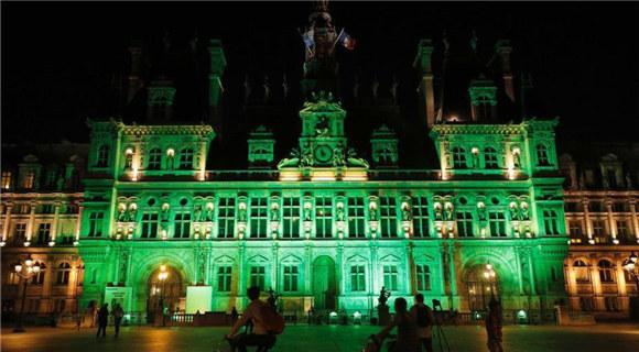 法国巴黎市政府亮灯抗议美国退出《巴黎协定》