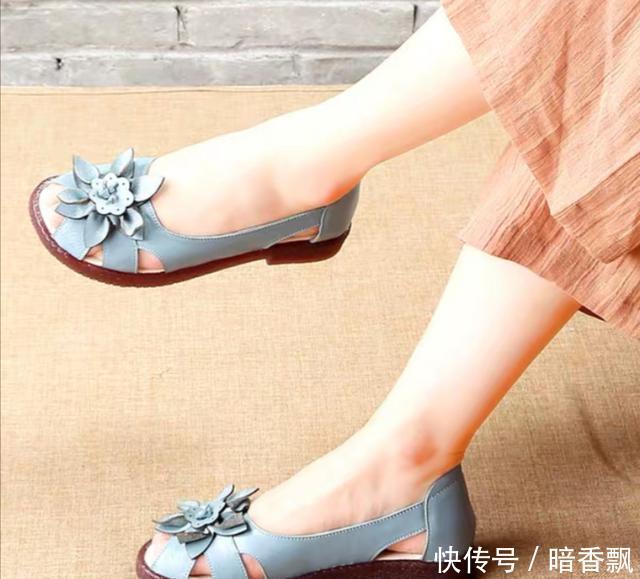 夏天穿裙子,出门配这四种鞋子,软而不磨,走路不觉累