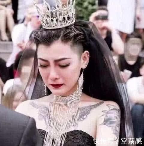 曾经满身纹身,身穿黑婚纱爆红的新娘,如今模样令人认不出