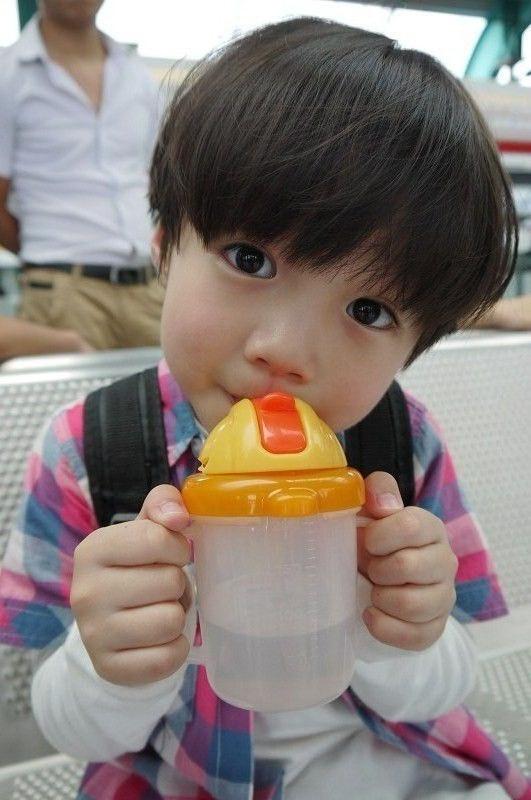 这个小男孩叫什么?