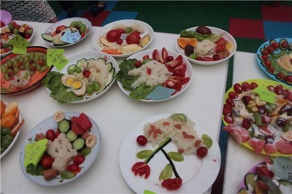 全园6个班级数百种食品,400多人自助餐美食分享正式拉开了帷幕.