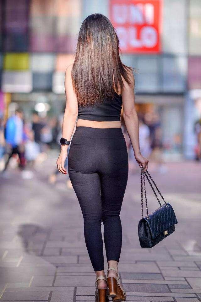 街拍:穿黑裤的美臀美女,这么性感的小姐姐不好找了!